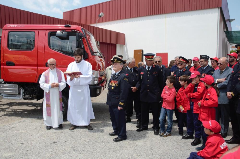 El Padre Julio bendiciendo a los Bomberos Voluntarios de Figuero dos Vinhos