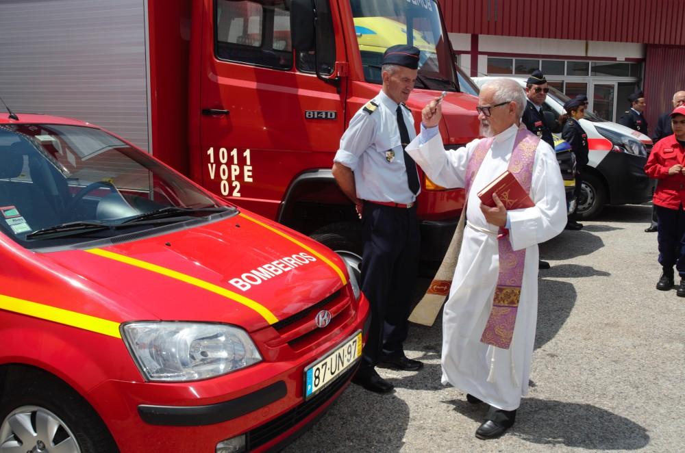 El Padre Julio bendiciendo a los coches de los bomberos voluntarios de Figueiro